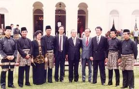 在槟州元首府于1990年10月25日宣誓就职后,新任首长许子根率州行政议会新阵容与卸任首长林苍祐合照留念。