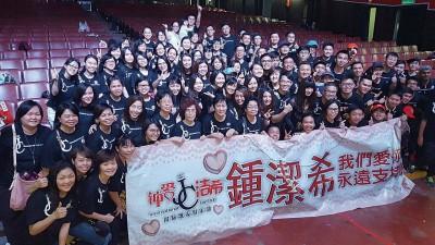 百多口粉丝团特地打西马飞往东马支撑钟洁希之表演。