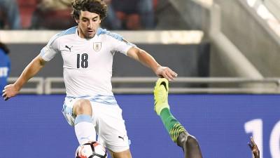 科鲁约(左)啊乌拉圭踢进锁定3于0的进球。