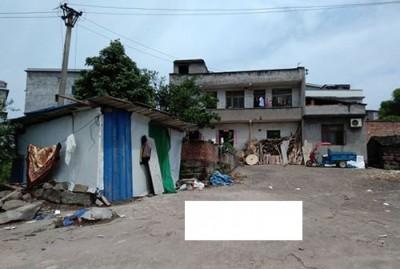 张华协调住在2层大楼房,可给病母住在一旁的铁皮屋。