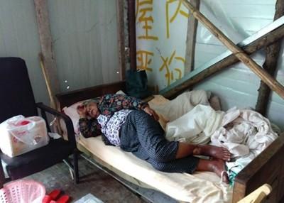 黄妇病在床,浑身浮肿,双腿已经初步溃烂发黑,经常因病而呻。