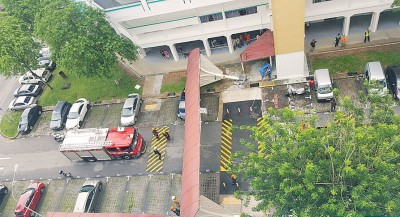 4.5米高的走道遮盖突然倒下,一声巨响打破了组屋区的沉静。