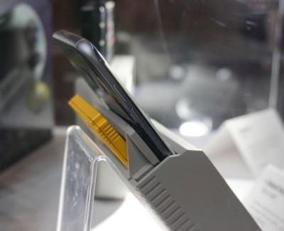 Smart boy有2个插槽,前面插入手机,后面插入游戏带。