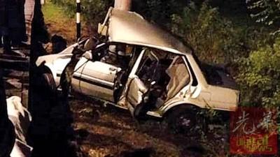 死者开驶的旧款丰田轿车毁坏不堪。