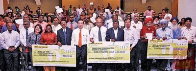 槟州政府颁发共26万令吉给州内的淡米尔小学、幼稚园及旁遮普教育中心,前左6起林冠英及拉玛沙米。