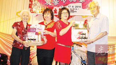 最年妈妈奖得主周慧玲(88岁)及年老爸爸奖的连盈嶂(80岁),与妇女组主席方彤桂(右2)和副主席李金妮(左2)合影。