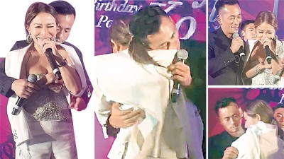 周焯华抱着已离婚的前妻陈慧玲唱情歌。