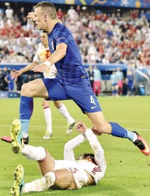 克罗地亚进球功臣佩里西奇成功跨越了西班牙铁卫皮奎这道屏障。