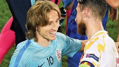 """莫德里奇将其皇马队友、西班牙队长拉莫斯(右)主罚点球的习惯告诉克罗地亚队长斯尔纳,继而帮助门将苏巴西奇完成了""""封杀"""",成为比赛关键的转折点。"""