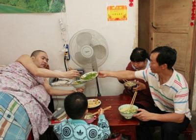 谢习平与现任丈夫刘宗奎及前夫涂习汉居于同一屋檐下,照顾涂的起居饮食。