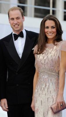 凯特数年前曾穿同一条长裙,与威廉(左)出席晚宴。