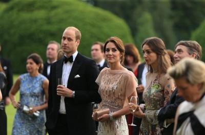 凯蒂(右三)与威廉王子(右四)站在一起。