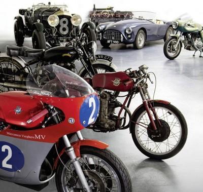 怀特嗜好之一是收藏古董摩托车。