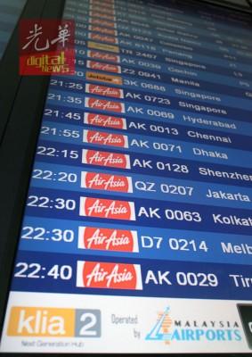 航班信息显示系统显示,亚航航班占了90%以上。