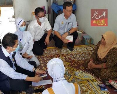 许汉宏及曹国梁与医护人员向莎丽花做进一步了解。