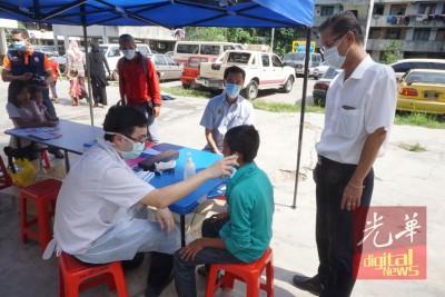 卫生局在巴雅纳虎设临时柜台,为小孩进行检查。