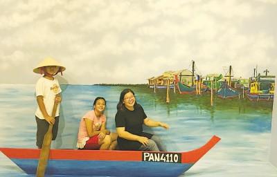 蔡依霖州议员也在壁画馆内的一幅画划船。