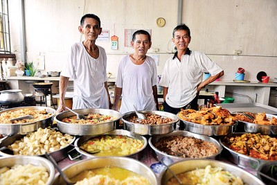 余家三兄弟为该粥档尽心尽力,左1起为余振财、余振文及余振万。