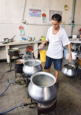 档主余振财每天都亲自下厨,只求让顾客吃得开心。
