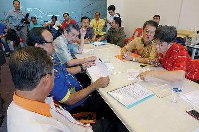 市政厅4个部门联合行动,向黄伟益及共管机构报告当天突检行动成果。