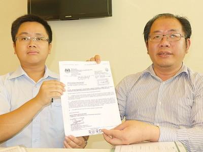黄伟益(右)在王宇航陪同下出示消拯局致函告知严禁公寓进行民宿活动。