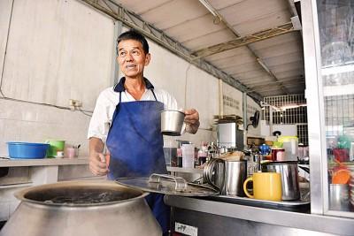 """弟弟余振万于店面担任""""咖啡师""""。"""