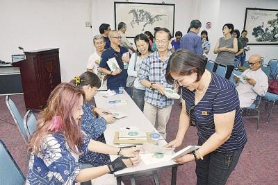 欧芙伶(左2)及李英子现场为好友读者签名。