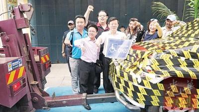 曹观友及诸多市议员对违规停在残障人士停车格的车,较起劣手势。