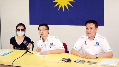 萧杏恬(左起)现金待用卡遭盗用,在罗添权和黄继德的陪同下召开新闻发布会。
