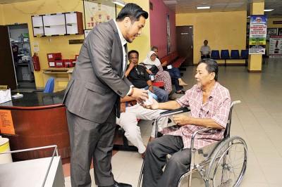 阿菲夫到诗布朗再也政府诊所门诊部分发甜枣予各族病患。