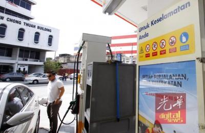 油站张贴的安全告示。