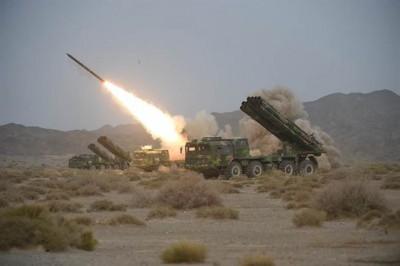 中国陆军第一集团军远程火箭炮旅2014年8月在新疆库尔勒进行实弹演练的档案照。