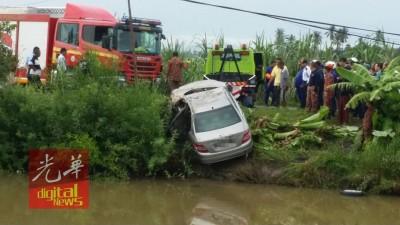 消拯局人员将肇祸的马赛迪豪华轿车从运河中拉起来。