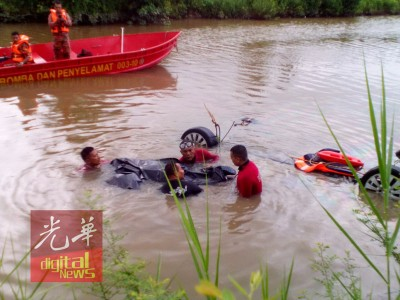 消拯局蛙人在肇祸的吉北安拿富裕路旁运河展开搜寻行动。