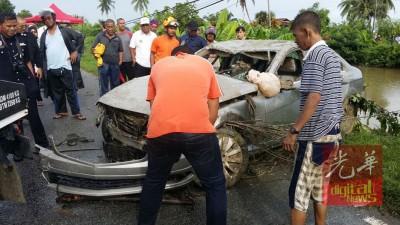 严重撞毁的马赛迪豪华轿车。