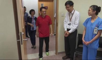ca266亚洲城唯一官网出院,向医护人员致谢。