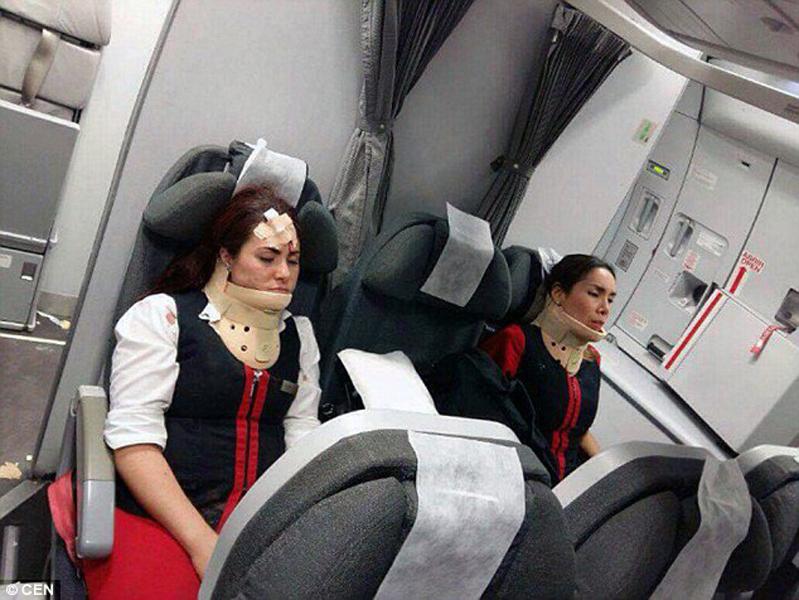 空姐戴上护颈,狼狈不堪。翻摄《每日邮报》