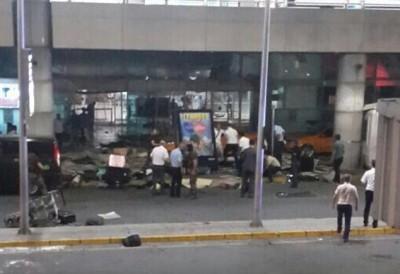 不少旅客受伤倒地。