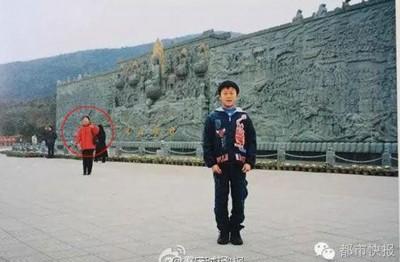 新郎16年前的旧照。红圈是新郎的丈母娘!