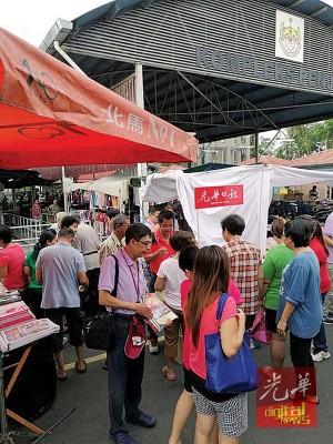 特别促销团队来到威南高渊成功花园巴刹,获得读者们的热烈响应。