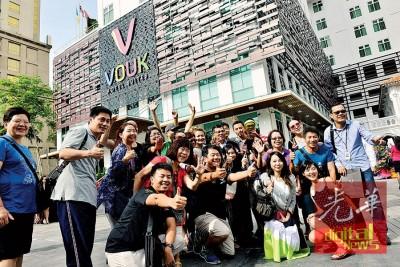 民众参观Vouk套房酒店,并与拿督张誉发拍照留念。