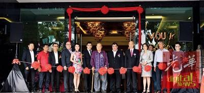 拿督张誉发与父亲张迪胜、儿子张育铭,三代同堂及受邀贵宾等人为Vouk套房酒店开幕剪彩。