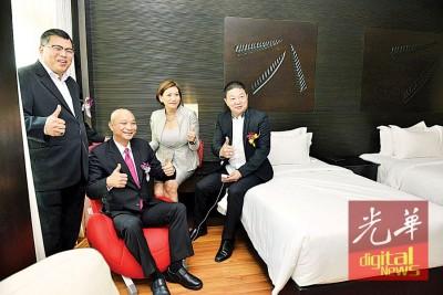 拿督张誉发向嘉宾展示酒店客房设计概念。