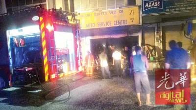 消拯员在接获通知后,火速赶到现场展开灌救工作。