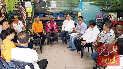 李凯伦(右5)与各区居民代表商讨有关联署签名行动事宜。