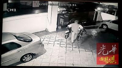 阿儿玛一带住宅区近来频频发生偷窃案,日前一窃贼在凌晨爬入住家,在1分钟内偷走两辆脚踏车。