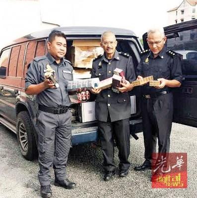 市消局领导出示被没收的野鸡香烟及假酒。