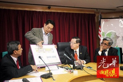 拿督黄继樑向槟州首席部长林冠英等讲解槟城公巴一人民宗教学校的扩建计划。