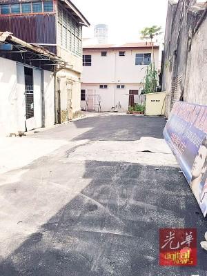 路面不平的地段,如今已铺上沥青。