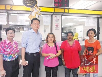 杨顺兴与领取黄金妈妈计划的主妇们合影。